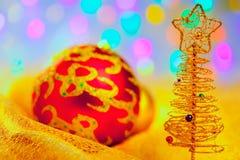 Вал рождества золотистый с baubles и светами стоковое фото