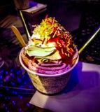 ванильное мороженое с красочным отбензиниванием на ем стоковые фотографии rf