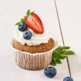 Ванильное пирожное со зрелыми клубникой и голубиками стоковые фотографии rf