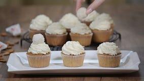 Ванильные пирожные с белой сливк видеоматериал