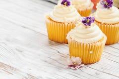 Ванильные пирожные с цветками покрытыми сахаром стоковые изображения rf