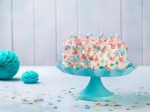 Ванильный именниный пирог buttercream с красочным брызгает над нейтральной предпосылкой стоковое фото rf
