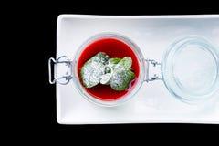 Ванильная плитка panna при соус и мята клубники изолированные на b Стоковые Изображения RF