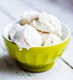 Ванильное мороженое на белой предпосылке стоковая фотография rf