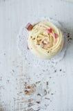 Ванильные булочки украшенные с сливк Стоковое Фото