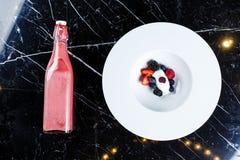 Ванильные ветроуловители мороженого с свежими ягодами стоковая фотография rf