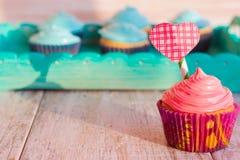 Ванильные пирожные с декоративным сердцем на предпосылке острословия подноса Стоковые Изображения
