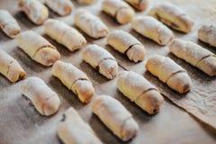 Ванильные полумесяцы перед печь Крены ванили Кашевар печенья крена Стоковая Фотография RF