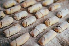 Ванильные полумесяцы перед печь Крены ванили Кашевар печенья крена Стоковые Фотографии RF