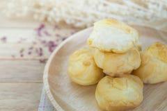 Ванильные cream eclairs на деревянной таблице Стоковая Фотография