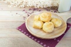 Ванильные cream eclairs на деревянной таблице Стоковые Изображения