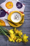 Ванильные daffodils цветков капучино и весны кофе на деревянной предпосылке Стоковая Фотография RF