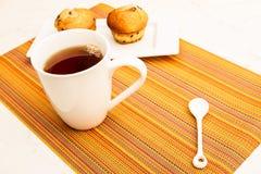 Ваниль с булочками обломоков шоколада с чашкой чаю Стоковые Изображения
