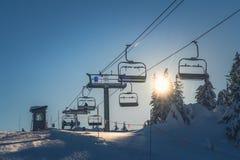 Ванкувер ДО РОЖДЕСТВА ХРИСТОВА Канада, 5,2017 -го декабрь фуникулеры с взглядами снега зимы на пике горы тетеревиных, Ванкувера К Стоковые Фотографии RF