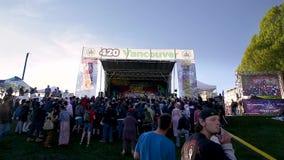 ВАНКУВЕР, ДО РОЖДЕСТВА ХРИСТОВА, КАНАДА - 20-ОЕ АПРЕЛЯ 2019: Основная ступень на фестивале 420 с толпой слушая активиста марихуан видеоматериал