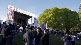 ВАНКУВЕР, ДО РОЖДЕСТВА ХРИСТОВА, КАНАДА - 20-ОЕ АПРЕЛЯ 2019: Основная ступень на фестивале 420 с толпой слушая активиста марихуан акции видеоматериалы