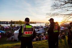 ВАНКУВЕР, ДО РОЖДЕСТВА ХРИСТОВА, КАНАДА - 20-ОЕ АПРЕЛЯ 2019: Полицейские Ванкувера патрулируя толпу на фестивале 420 в Ванкувере стоковое фото rf