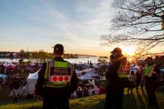 ВАНКУВЕР, ДО РОЖДЕСТВА ХРИСТОВА, КАНАДА - 20-ОЕ АПРЕЛЯ 2019: Полицейские Ванкувера патрулируя толпу на фестивале 420 в Ванкувере стоковые изображения rf