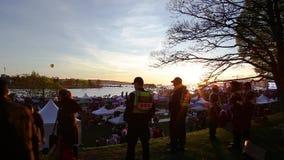 ВАНКУВЕР, ДО РОЖДЕСТВА ХРИСТОВА, КАНАДА - 20-ОЕ АПРЕЛЯ 2019: Полицейские Ванкувера патрулируя толпу на фестивале 420 в Ванкувере видеоматериал