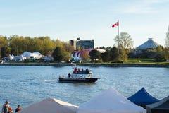 ВАНКУВЕР, ДО РОЖДЕСТВА ХРИСТОВА, КАНАДА - 20-ОЕ АПРЕЛЯ 2019: Шлюпка полиции Ванкувера патрулируя гавань на фестивале 420 в Ванкув стоковое фото
