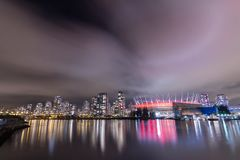 ВАНКУВЕР 2012: ДО РОЖДЕСТВА ХРИСТОВА стадион на False Creek на пасмурной ноче, dow Стоковые Фото