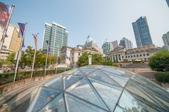 ВАНКУВЕР, КАНАДА - 10-ОЕ АВГУСТА 2017: Здания города от Robson Стоковое Изображение RF