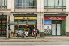 ВАНКУВЕР КАНАДА - 12-ое августа 2017: Идите дождь или посветите магазин мороженого в Ванкувере на улице Cambie Стоковые Фотографии RF