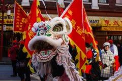 ВАНКУВЕР, КАНАДА - 18-ое февраля 2014: Люди в белом костюме льва на китайском Новом Годе проходят парадом в Ванкувере Чайна-тауне стоковые фотографии rf
