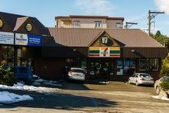 ВАНКУВЕР, КАНАДА - 25-ое февраля 2018: ночной магазин 7-Eleven на улице Ванкувере Канаде вереска Стоковое Изображение RF