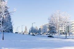 ВАНКУВЕР, КАНАДА - 24-ое февраля 2018: Через утро зимы после ночи улицы Cambie вьюги снега стоковое изображение
