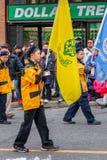 ВАНКУВЕР, КАНАДА - 2-ое февраля 2014: 28th группа разведчика Kitsilano маршируя во время китайского парада Нового Года стоковое фото