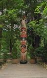 Ванкувер, Канада: Туризм - тотемный столб ворона в парке висячего моста Capilano Стоковая Фотография