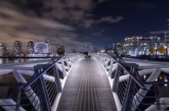 ВАНКУВЕР 2012: Пешеходный мост на False Creek с наукой Wo Стоковая Фотография RF