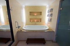 ванная комната ванны миражирует большую освещенную роскошь Стоковые Фото