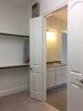 Ванная комната и шкаф в предпосылке нового дома Стоковые Фотографии RF