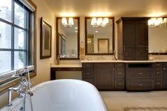 ванная комната противопоставляет ушат гранита стоковое изображение rf
