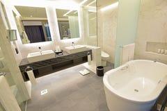 Ванная комната сюиты роскошной гостиницы с мраморной концепцией Стоковая Фотография RF