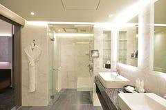 Ванная комната сюиты роскошной гостиницы с черной & белой концепцией мрамора Каррары стоковые фотографии rf