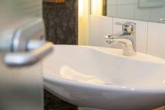 Ванная комната с белым туалетом Стоковое Изображение