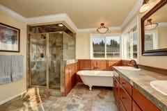 Ванная комната с естественной каменной плиткой и бежевыми стенами Стоковая Фотография