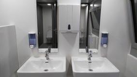 Ванная комната с раковинами, мыло, вода из крана Стоковые Фото