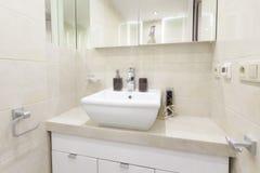 Ванная комната с раковиной в современной квартире Стоковое фото RF