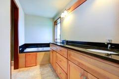 Ванная комната с черной отделкой плитки Стоковая Фотография RF