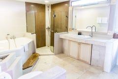 Ванная комната с washbasin, интерьер ванной комнаты гостиницы Стоковые Фото