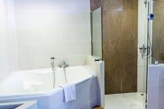 Ванная комната с washbasin, интерьер ванной комнаты гостиницы Стоковые Изображения RF