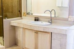 Ванная комната с washbasin, интерьер ванной комнаты гостиницы Стоковое Изображение RF