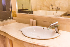 Ванная комната с washbasin, интерьер ванной комнаты гостиницы Стоковое Фото