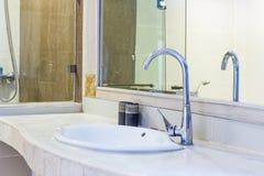 Ванная комната с washbasin, интерьер ванной комнаты гостиницы Стоковые Изображения