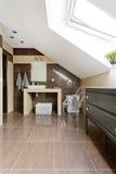 Ванная комната чердака в коричневой идее стоковые фото