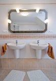 ванная комната 2 тазиков стоковые фотографии rf